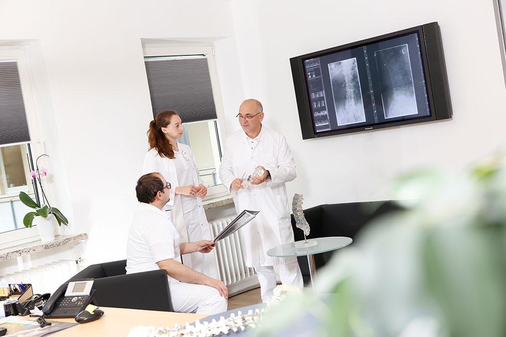 Karriere bei LICHTENAU e.V. - drei Ärzte tauschen sich aus