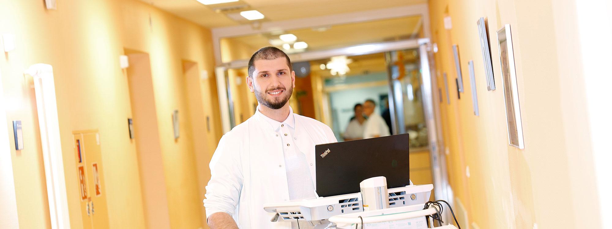 Karriere bei LICHTENAU e.V. - junger Mann in Facharztausbildung